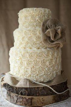 A padronagem florida da massa e as pérolas trazem delicadeza ao bolo de casamento e os detalhes escuros condizem com o estilo do casamento rústico.