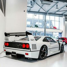 I've never seen a Ferrari F40 in white. I hate white cars, but I have to say that I really like that!!!