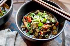 einfaches veganes Rezept für geschmorte Aubergine mit Chilischoten, Knoblauch und Sojasoße