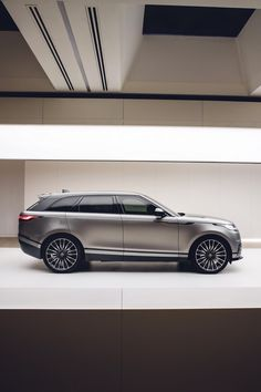 Land Rover presented the fourth member of the Range Rover family in… Range Rover Jeep, Range Rover Sport, Range Rovers, My Dream Car, Dream Cars, Range Rover Interior, Lux Cars, Automotive Photography, Bicycle Wheel