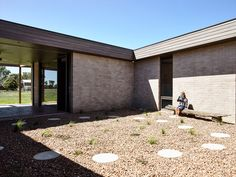 07 There's an inner courtyard wrapped by the house - DigsDigs