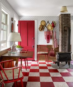 Hard-Wearing Floors house and beautiful The checkered floors in Tom Scheerer's Maine house are actually made of linoleum—they're durable and lend a lived-in look, he says. Maine Cottage, Maine House, Best Hacks, Entryway Furniture, Entryway Ideas, Ikea Sofa, Linoleum Flooring, Concrete Floors, Front Door Colors