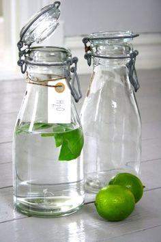 Water bottles (water met citroen) great idea for cocktail parties Bottles And Jars, Glass Bottles, Mason Jars, Milk Bottles, Water Bottles, Bottled Water, Pinterest Foto, Message In A Bottle, Lemon Lime