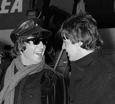 London Airport March 1965 - The Beatles The Beatles 1, John Lennon Beatles, Beatles Guitar, Beatles Photos, Sir Paul, John Paul, Paul Wesley, Great Bands, Cool Bands