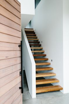 This modern home in Melbourne, Australia, is designed and built by Altereco. The design is simple with clean lines, an open plan layout and a sober color palette. But simple does not have a negative c Interior Stairs, Interior Architecture, Interior And Exterior, Interior Ideas, Basement Remodel Diy, Basement Remodeling, Sofa Lounge, Indoor Outdoor, Stair Steps
