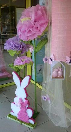Grote papieren bloemen met paarse en rose tinten, in combinatie met 2 vrolijke Paashazen. #AvaPapierwaren #Ava #DIY #Lente #Pasen #Vrolijk #Kleur