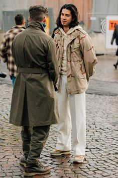The men who attend Pitti Uomo, the biannual Florentine trade show, dress for the occasion. Here are the guys catching our eye right now. Modern Mens Fashion, Dope Fashion, Cool Street Fashion, Street Style, Camouflage Fashion, American Casual, Camo Jacket, Field Jacket, Military Jacket