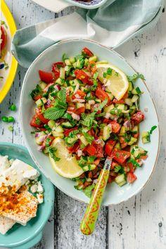 Meine 3 liebsten Tomatensalate für den Sommer. Schnelle Rezepte, die garantiert der ganzen Familie schmecken.   GourmetGuerilla´s Foxy Food Chili, Bruschetta, Salad, Ethnic Recipes, Food, Gourmet, Israeli Salad, Israeli Recipes, Quick Recipes