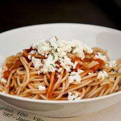Espaguete de quinua, molho de tomate, ricota de búfala e manjericão