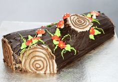 after watching a giant 1 made today I really want to make one for the centre of the Christmas table Christmas Log Cake, Christmas Goodies, All Things Christmas, Yule Log Cake, Order Cake, Cake Art, Food Art, Cake Recipes, Cake Decorating