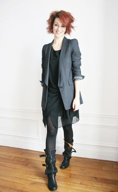 Blazer / Comptoir des Cotonniers  Robe / Dorothy Perkins  Legging / Wolford  Bottes « Net » / Fiorentini + Baker