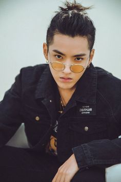 The ultimate guide to Kris Wu's fashion lifestyle: top 5 essentials Kris Wu uses on a daily basis. Discover even more celebrities' lifestyle on Phormag. Kris Wu, Asian Korean Hairstyles, Korean Men Hairstyle, Japanese Hairstyles, Hipster Hairstyles, Modern Hairstyles, Short Faux Hawk, Pompadour Fade, Style Simple
