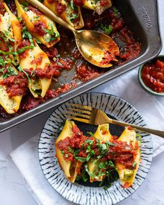 Vegan Stuffed Pasta Shells with vegan tofu ricotta! An easy pasta dinner made with 10 ingredients and serves people. Healthy Meat Recipes, Vegan Lunch Recipes, Easy Pasta Recipes, Delicious Vegan Recipes, Raw Food Recipes, Vegan Food, Vegetarian Diets, Vegetarian Lifestyle, Meatless Recipes