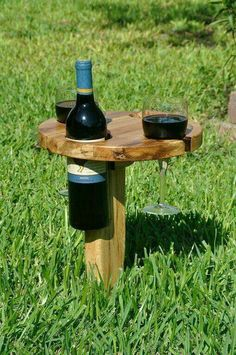Park picnic wine table: It folds up and has a built in handle for carrying. Insert the pointed peg into the ground, fold the table top over on its wooden hinge, solid oak table is in diameter.incorporate into hammock or backyard lounge area. Outdoor Projects, Home Projects, Garden Projects, Wooden Hinges, Solid Oak Table, Wine Table, Ideias Diy, Woodworking Projects, Woodworking Plans