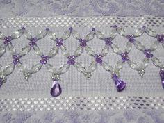 - Toalha de lavabo bordada em pedraria lilás.  - Karsten tamanho 33cm x 50cm (99% algodão 1% viscose)  - Disponíveis nas cores branca, creme, bege e lilás.