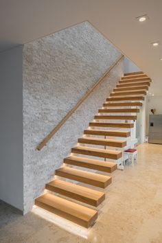Kragarmtreppe mit LED Beleuchtung Wood Staircase, Stairs, Style At Home, Design Case, Apartment Interior, Ceiling Design, Modern Design, New Homes, Minimalist