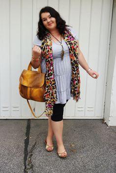 blog moda xxl szara sukienka kolorowa chusta karmelowa torba