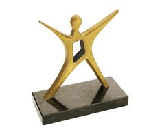 Peça: bidimensional, 14cm de altura. Materiais disponíveis: alumínio (prata) ou bronze (dourado ou patinado). Base: madeira natural ipê ou madeira revestida de fórmica preta, 15x7x2cm. Placa cortesia: aço inox (prata) ou latão (dourada), 6x2cm.