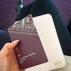 @maimariavu shows us her pink passport holder with gold initials on her way to Vietnam ✈️☀️ #deriwe