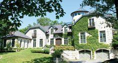 土元素:紐約上州的法式鄉村莊園,長長的私人車道穿過周圍佔地七英畝的花園、樹林和草坪。園中到處都有用磚石和木材打造的小景觀。從外面望去是充滿童話色彩的圓屋頂,屋內則有精緻的木製裝飾和鐵藝吊燈。-《元素生活》