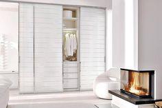 Fehér magasfényű bútorlapból készített beépített szekrény tolóajtóval szerelve. http://drgardrob.hu/szekreny-ajtok/