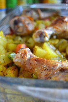 Ingrédients : 6 pilons de poulet 10 petites patates 1 oignons 1 gousse d'ail 1 poivron 1 tomate Sel, poivre, 4 épices 2 cas d'huile 1 cas d'eau Préparation : Laver, peler et couper les pommes de te...