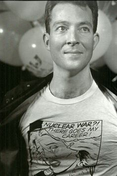 Fred Schneider from the in an awesome graphic tee. New Wave Artists, Trashed Jeans, Kate Pierson, Disco 80, Cindy Wilson, B 52s, The New Wave, Indie Pop, Music Photo