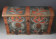 Rosepainted coffin with blue-green background color, the owner's initials and dat. 1800. L: 116 cm.