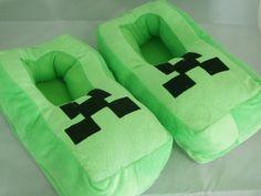 Zapatillas para niño Minecraft. Creeper Zapatillas tipo peluche del personaje de Creeper, uno de los protagonistas del famoso videojuego Minecraft.