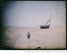 [Jeune enfant en costume marin sur la plage de la baie de Saint-Valéry-sur-Somme] : [photographie] / [Alfred-Louis Begoz] - 1