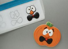 Silly Pumpkin Faces with royal icing transfers (Klickitat Street) Fall Cookies, Cut Out Cookies, Iced Cookies, Cute Cookies, Cookies Et Biscuits, Cupcake Cookies, Sugar Cookies, Pumpkin Cookies, Theme Halloween