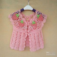 Chalecos a crochet para niña con una bonita aplicación de fresas