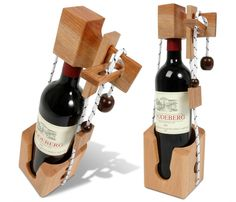 """Une bonne bouteille à offrir ? Agrémentez-là d'un côté fun et ludique: le casse-tête """"bouteille"""" aussi appelé """"La Bastille"""". En gros, il faut résoudre un petit casse-tête pour libérer la bouteille ! L'objet est très beau en plus, tout en bois. De quoi surprendre et amuser votre hôte. Si, si ! Le défi n'est pas irréalisable, mais pas évident non plus. En général, il faut tout de même 5-10 minutes pour résoudre l'affaire...  si tout va bien ! ;-)"""