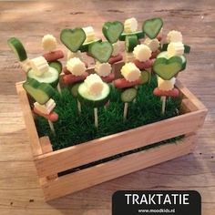 Treat on a stick quickly healthy and delicious! Party Salads, Snacks Für Party, Party Treats, Mini Crepe, School Treats, Birthday Treats, Food Decoration, Food Humor, Cooking With Kids