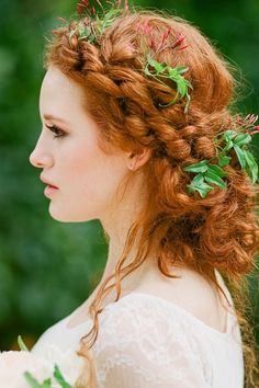 Natural ideas and inspiration for wedding hair styles featuring tiny flowers – from hydrangea blooms to tendrils of jasmine