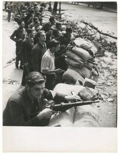 Barricade St Michel St Germain (25 Août 1944) Robert Doisneau. Épreuve argentique 240x182 mm