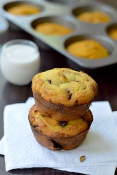 Chocolate Chip Coconut Flour Muffins - A nearly sugar-free Chocolate Chip Coconut Flour Muffins recipe that is grain free low carb and easy to make. A quick morning breakfast or an easy snack! Chocolate Low Carb, Sugar Free Chocolate Chips, Chocolate Chip Muffins, Chocolate Chip Recipes, Delicious Chocolate, Low Carb Sweets, Low Carb Desserts, Low Carb Recipes, Banting Recipes