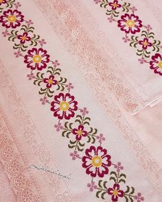Kenar dikim ve arka yüz astarlama bana ait yalnizca. Embroidery Suits Design, Floral Embroidery, Embroidery Designs, Cross Stitch Borders, Cross Stitch Patterns, Quilt Patterns, Palestinian Embroidery, Bargello, Baby Knitting Patterns