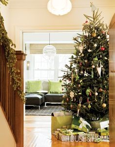 Beautiful Yet Casual Christmas Tree | Photographer: Ted Yarwood | House & Home | #christmastree #holidaydecor #findyourfestivestyle