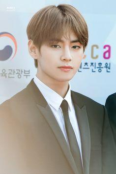 Taehyung is just a simple boy who meets a boy with a strong personality while on a school graduation trip. Seokjin, Kim Namjoon, Kim Taehyung, Jung Hoseok, Daegu, Foto Bts, Bts Photo, Jung So Min, Billboard Music Awards