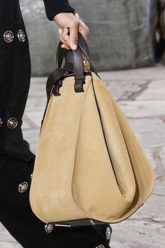 Лаконичные сумки, сумасбродные клатчи и рюкзаки, хитро вшитые в спинки пиджаков и пальто