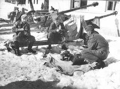 Gacko (Dorf im Gebiet des heutigen Bosnien und Herzegowina).Kanoniere der Volksbefreiungsarmee Jugoslawiens ((НОАЮ) pflegen Ihre Ausrüstung : 57-mm 6-Pfünder Panzerabwehrkanone der britischen Produktion und erbeutete deutsche 75-mm-Panzerabwehrkanone PaK 40