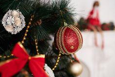 Hagyományos Karácsony - Vivre Christmas Bulbs, Holiday Decor, Home Decor, Decoration Home, Christmas Light Bulbs, Room Decor, Home Interior Design, Home Decoration, Interior Design