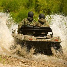 Dieses super wendige und stabile Amphibien Fahrzeug, welches in Kanada produziert wird, wird Dir einen unvorstellbaren Fahrspaß bieten. Dank Straßenzulassung wirst Du nicht nur im Gelände und zu Wasser viel Spaß mit diesem Fahrzeug haben.  #Toysforboys #Männergeschenke #8x8 #4x4 #Gelände