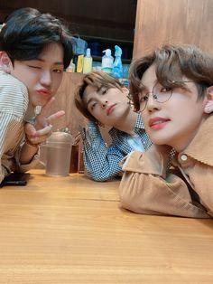 "official A.C.E on Twitter: ""[#에이스_준동찬]  브이앱에서 보아요 우리 초이들💕  #ACE #에이스 #CHOICE #초이스 #저녁 #브이앱 #얼른 #오세용… "" Fandom, A C E Kpop, Korean Friends, Kim Hongjoong, Stand By You, Kpop Aesthetic, Bts Boys, Pop Group, Monsta X"