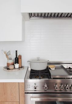 45 Simple and Cozy Kitchen Design. There is a whole spectrum of ideas for kitchen backsplashes. If you want to update your kitchen backsplash but want to keep it simple, here are some simple kitchen b. White Kitchen Backsplash, All White Kitchen, Cozy Kitchen, New Kitchen, Kitchen Dining, Backsplash Ideas, Backsplash Design, Awesome Kitchen, Kitchen Organization