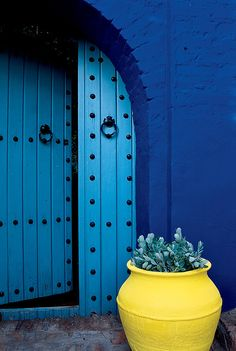 Blue door morocco entrance new Ideas Pintura Exterior, Cultural Architecture, Unique Doors, Door Knockers, Blue Aesthetic, Blue Yellow, Lemon Yellow, Bright Yellow, Windows And Doors