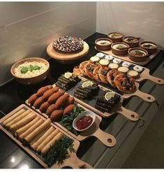 Präsentationsidee mezzt - - The Effective Pictures We Offer You About wedding catering sandwiches A quality picture can tell you many things. Catering, Party Food Platters, Good Food, Yummy Food, Ramadan Recipes, Ramadan Food Iftar, Ramadan Sweets, Ramadan Gifts, Food Displays