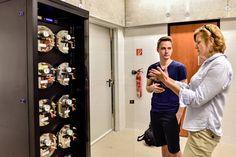 Buda Andrea éppen Vásárhelyi Dávidnak mesél a gép működéséről. (Cinema City 4DX - 2015) Fotó: Vajda Anita - Hír7