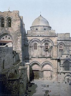 The front of the Holy Sepulchre Jerusalem Holy Land ie Israel Kirchen Design, Places Around The World, Around The Worlds, Heiliges Land, Naher Osten, Israel History, Israel Travel, Israel Trip, Cathedral Church